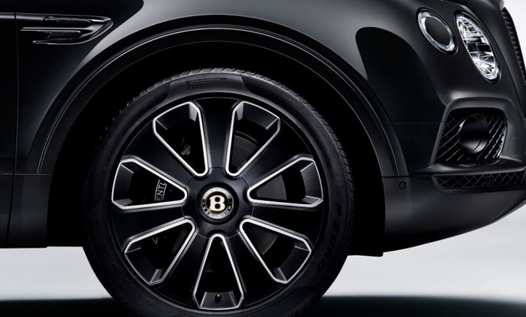 The Paragon wheel and Self Levelling Wheel Badge of the Bentley Bentayga V8 Design Series